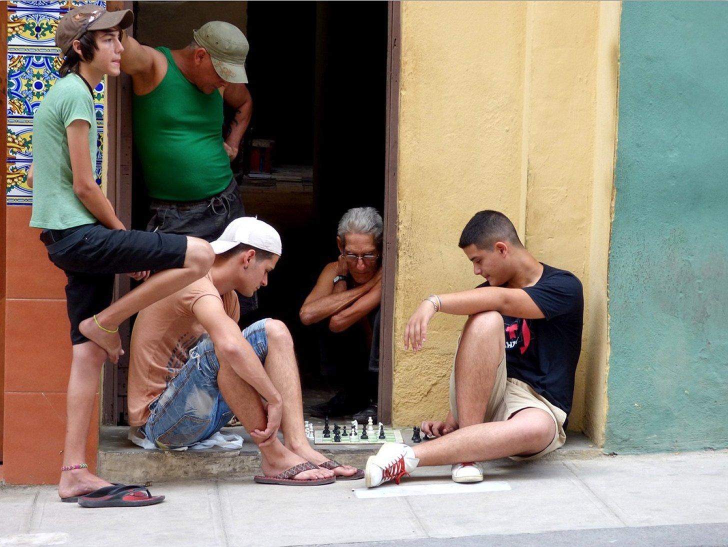 Cubanen spelen schaak in Havana